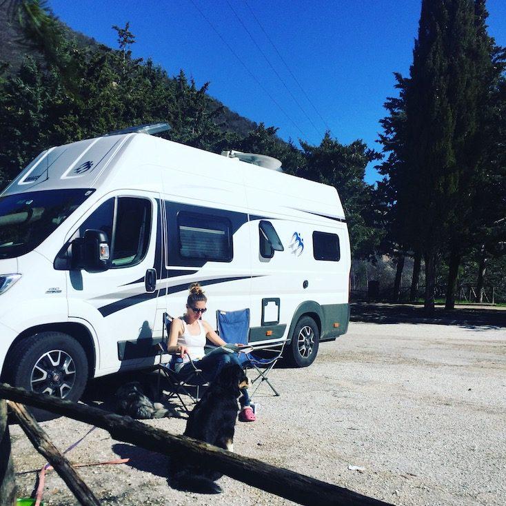 Umbrien Collepino Camping Wohnmobil Hund wandern Italien