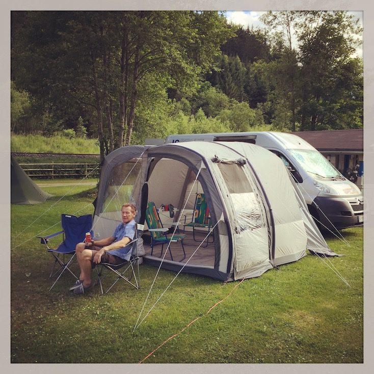 Kastenwagen Camping Hund Vorzelt simpel