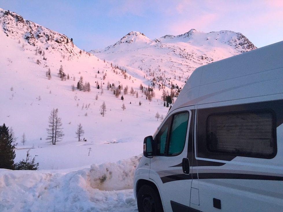 Kastenwagen Camper Wintercamping Vandog Hund Alpen Schnee