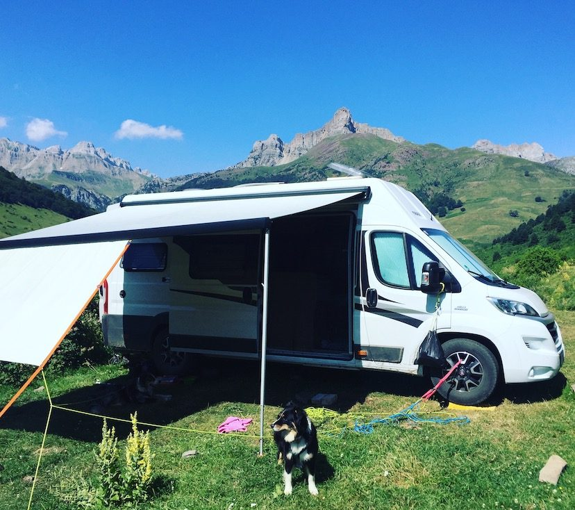 Wildcamping Hecho Aragon Pyrenäen Hund Campingbus frei stehen verbot