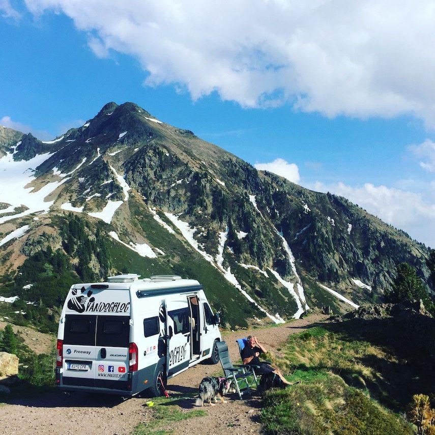Camping mit Hund Berg Wildcamping Kastenwagen Wohnmobil Frei stehen Australian Shepherd Vanlife Roadtrip Südtirol