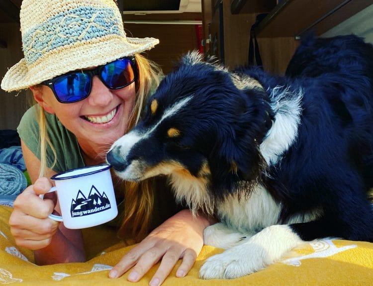 Camping und wandern mit Hund unterwegs reisen Vanlife Australian Shepherd