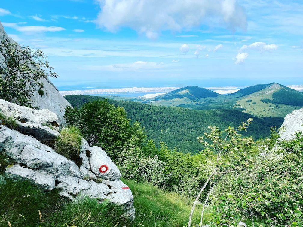 Wandern mit Hund im Velebit Gebirge Kroatien Ljubičko brdo
