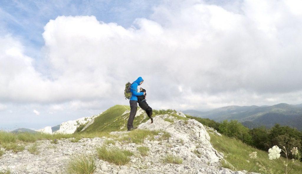 Wandern mit Hund in Kroatien Velebit Gebirge Ljubičko brdo Australian Shepherd